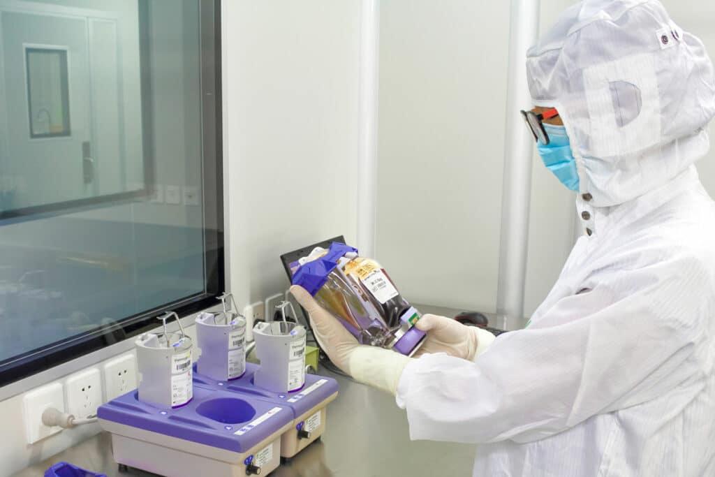 Técnico probando un paquete de células madre en un laboratorio de Beike