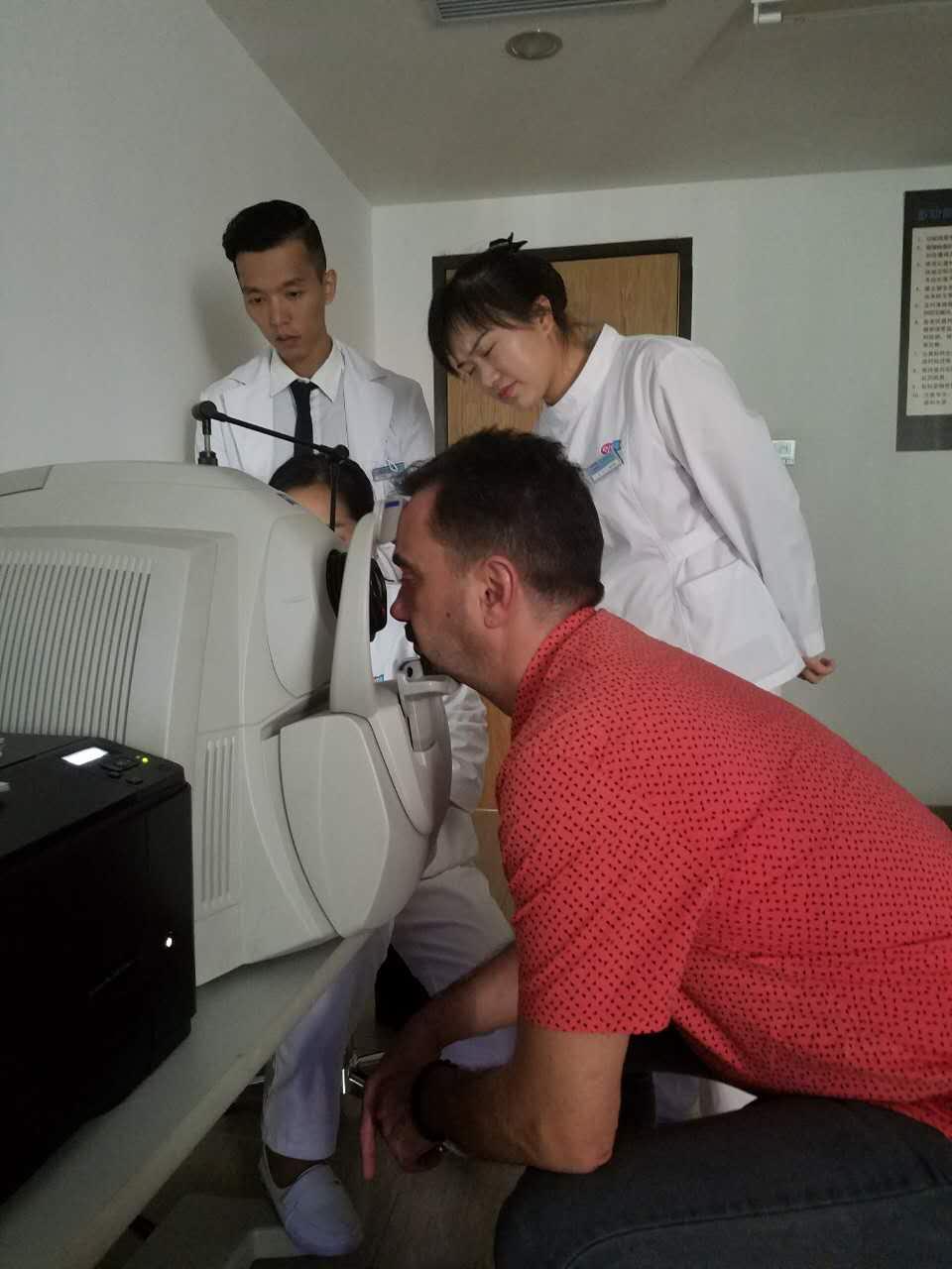 Ovidiu Simion recibe revisión visual en el hospital