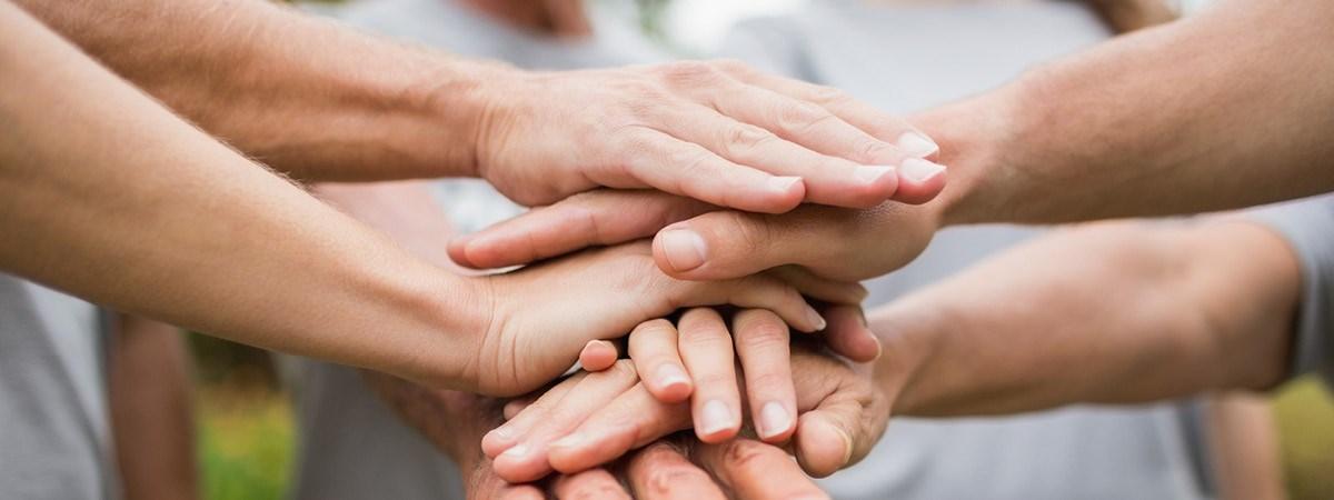 manos que muestran apoyo