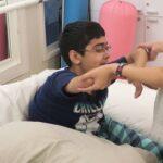 Saif durante una sesión de fisioterapia